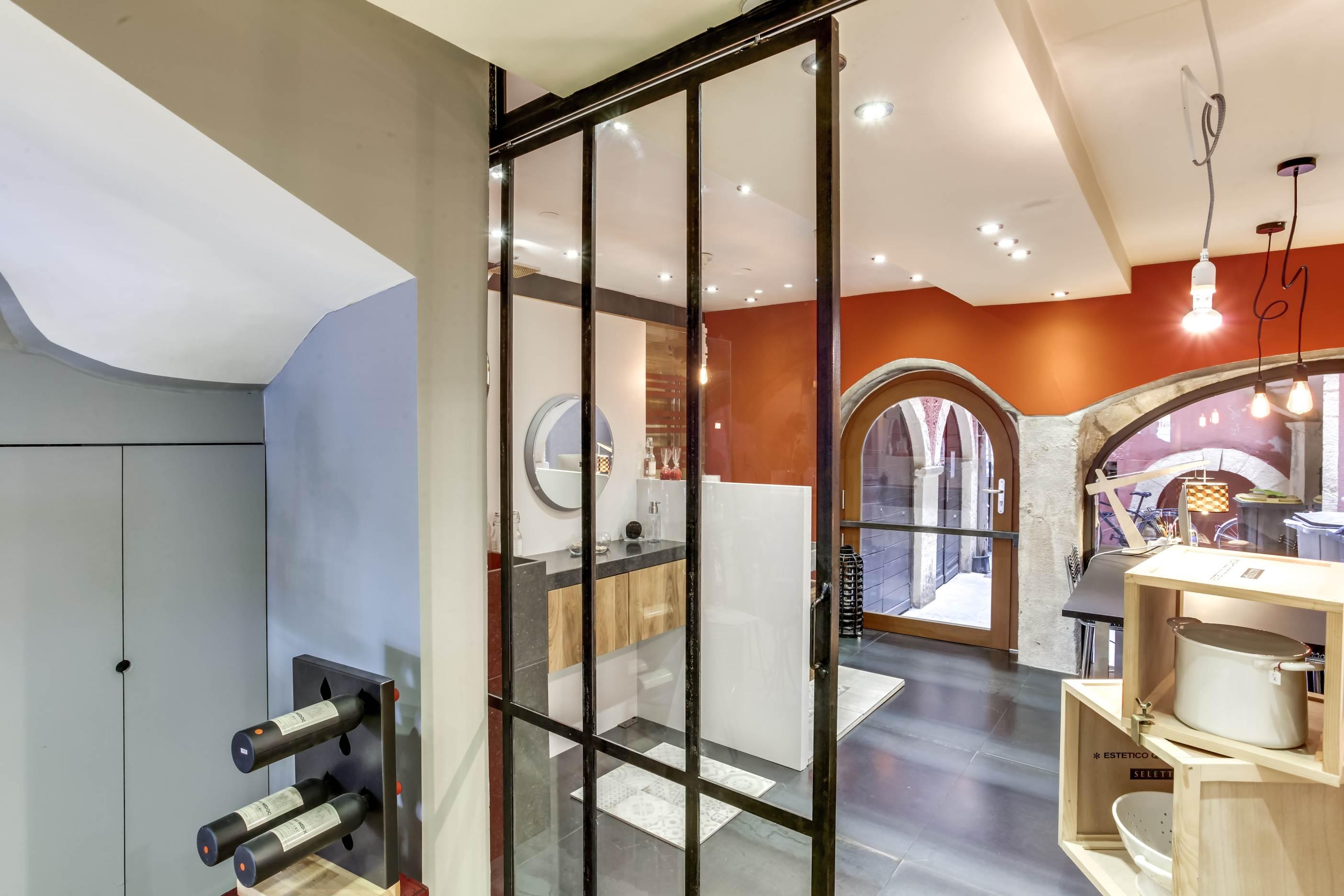 salle de bain showroom meuble de salle de bain u teck u. Black Bedroom Furniture Sets. Home Design Ideas